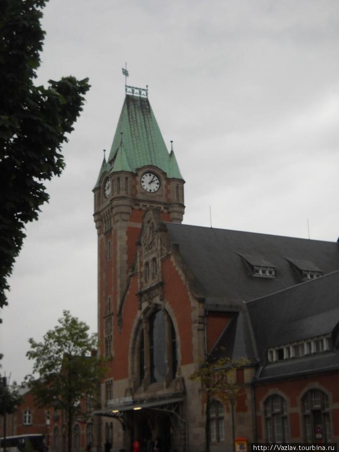 Здание вокзала; кадр вышел не очень хорошо из-за дождя...
