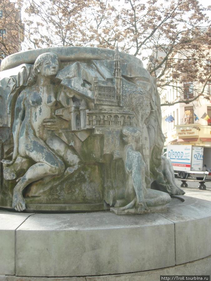 На тыловой стороне памятника узнаваемый абрис главной площади, которую Бюльс отстоял и восстановил