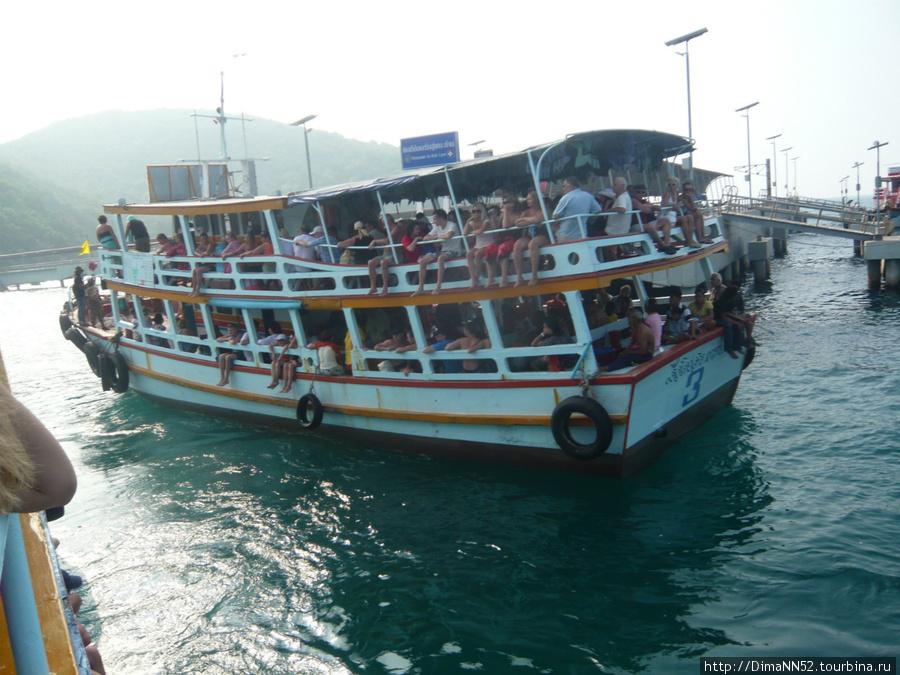 Паром с туристами готов к отплытию в Паттайю