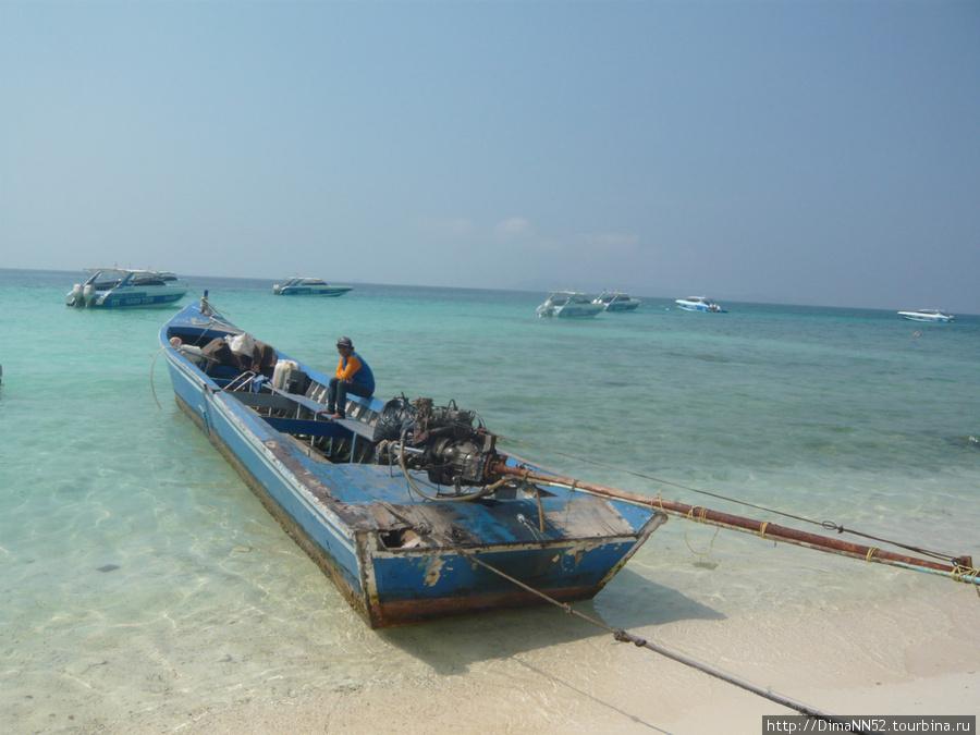 На таких лодках туристов перевозят с парома на остров.