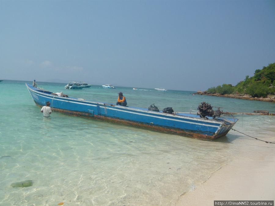 Tien Beach. Лодочник в ожидании туристов.