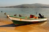 Вдали можно разглядеть берега, куда ходят лодки. Надоест сидеть в городе, всегда можно уплыть на собственный, необитаемый пляж.