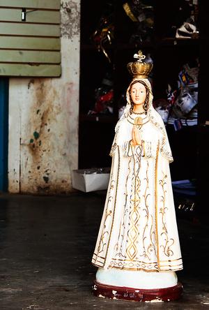 Или обнаружить статую святой, заглянув в проем обычного дома. Но стоить признать, что эта часть города малоинтересна.