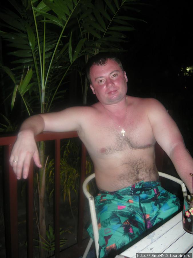 Иногда вечера мы проводили на веранде нашего бунгало. Русские кучковались у бассейна, немцы водили таек, мы расслаблялись у домика.