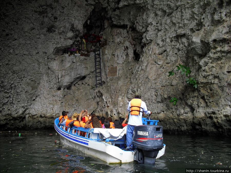 спускаться по каньону в лодке