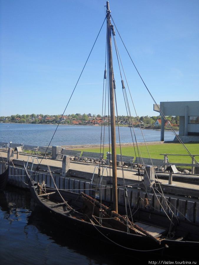 Построенное судно; на заднем плане справа видно основное здание музея