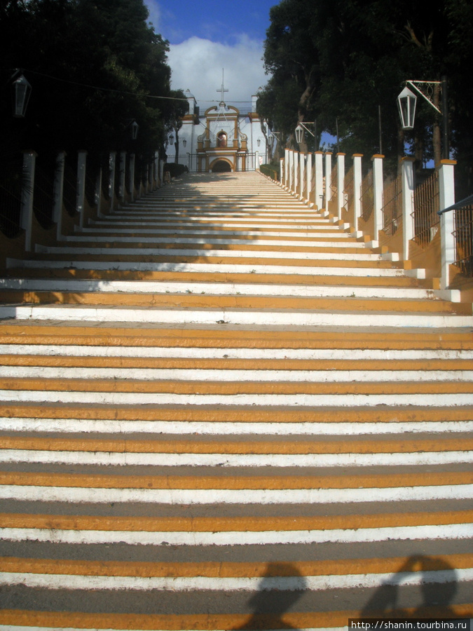 Лестница на вершину холма, к церкви Сан-Кристобаль-де-Лас-Касас, Мексика