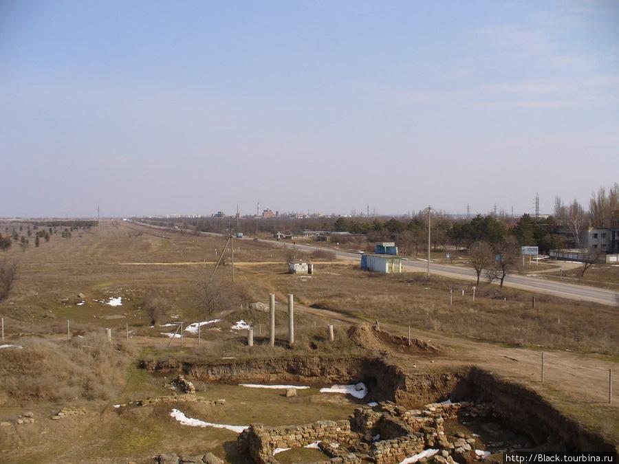 Видна автобусная остановка и дорога от остановки до комплекса «Кара-Тобе»