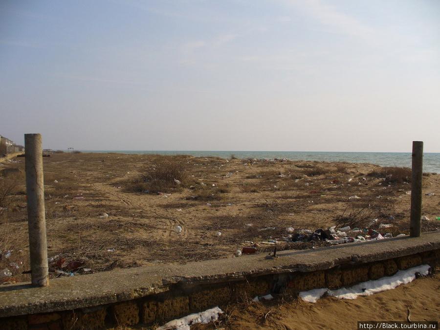 Берег моря между ДОЛ «Прибрежный» и оздоровительным  комплексом «Парус»