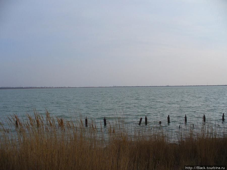 С одной стороны волнующаяся озерная гладь и где-то вдали противоположный берег…
