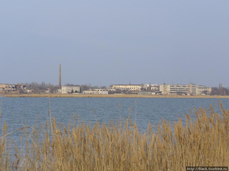 …с другой – урбанистические пейзажи – полуразрушенный химзавод, НПО «Иодобром» и другие промышленные предприятия