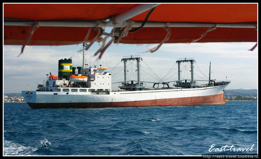 Заброшенный корабль, вставший на мель, по пути к острову