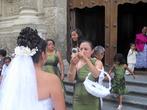 Невеста — фото на память перед собором