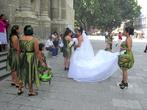 Невеста с подружками перед собором