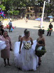Невеста на ступенях собора