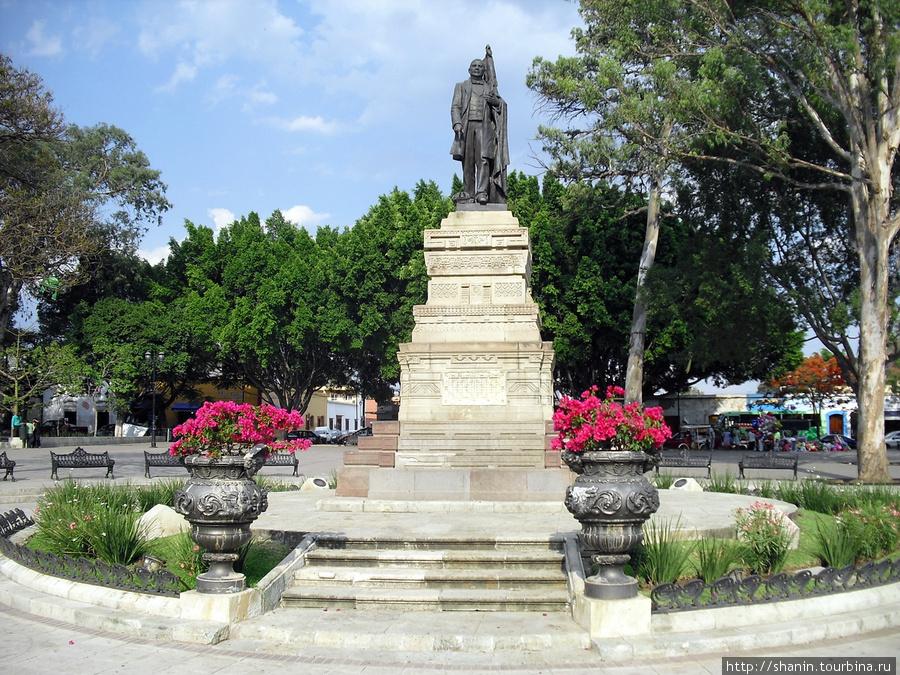 Памятник на площади Ллано Оахака, Мексика