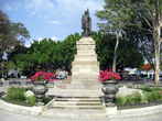 Памятник на площади Ллано