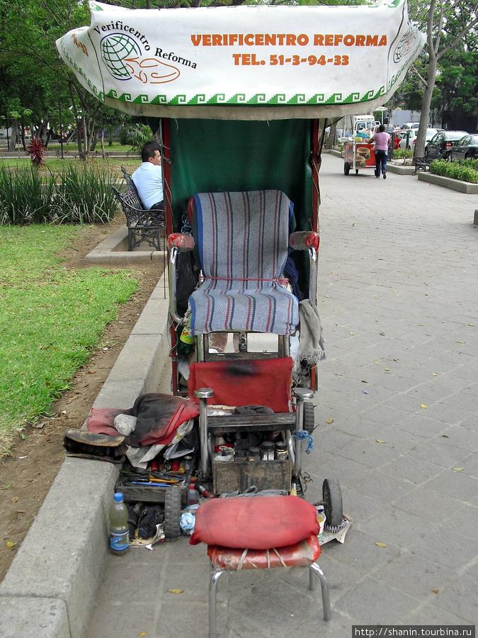 Место вакантно — у чистильщика обуви Оахака, Мексика