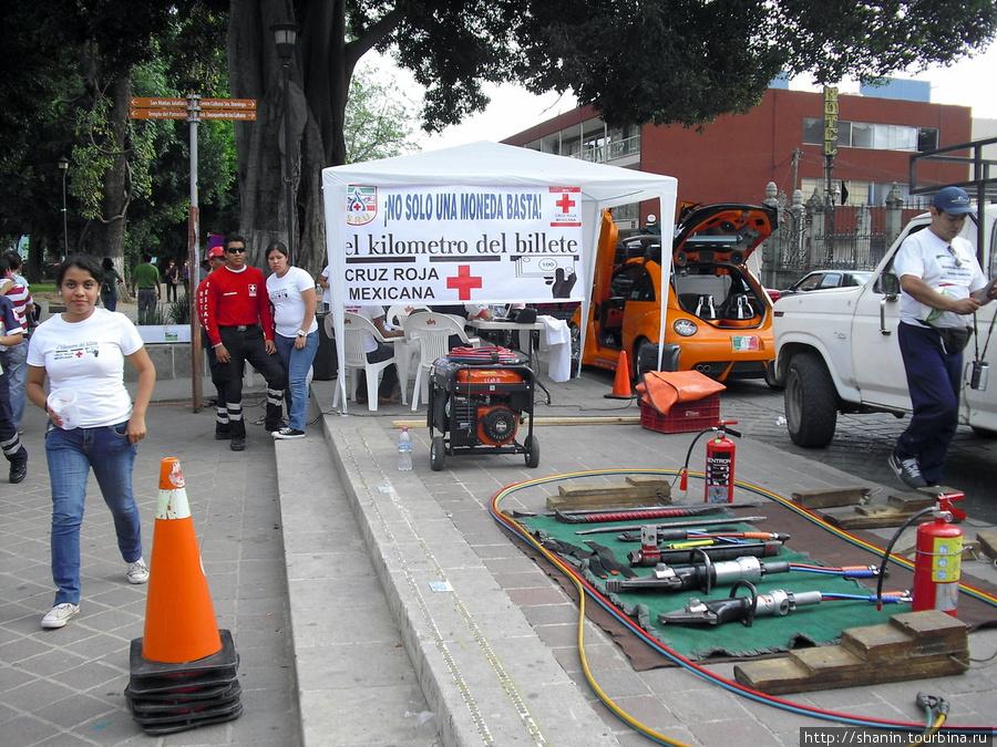 Работники скорой помощи выступают Оахака, Мексика