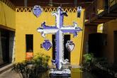 Крест во дворе дома
