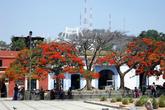 На площади перед доминиканским монастырем