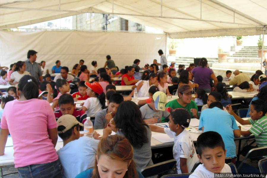 На конкурсе детских рисунков Оахака, Мексика