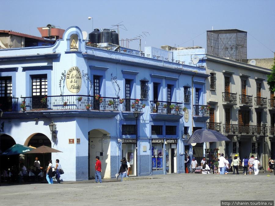 Синий дом напротив кафедрального собораУ Оахака, Мексика