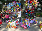 Торговцы шариками на площади перед кафедральным собором