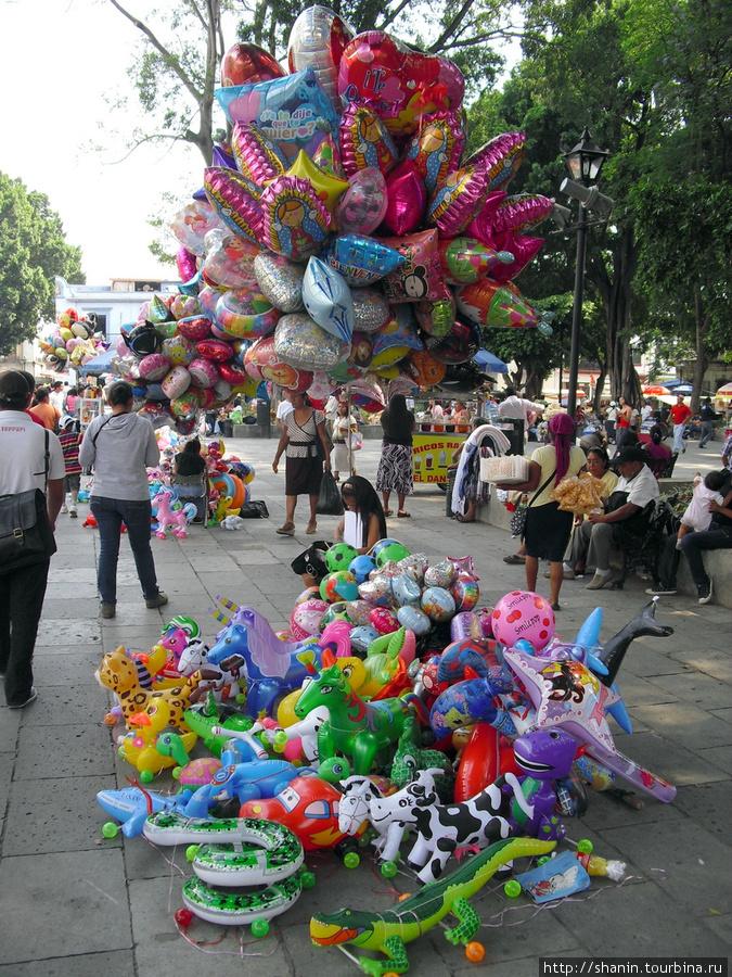 Торговля шариками перед кафедральным собором Оахака, Мексика