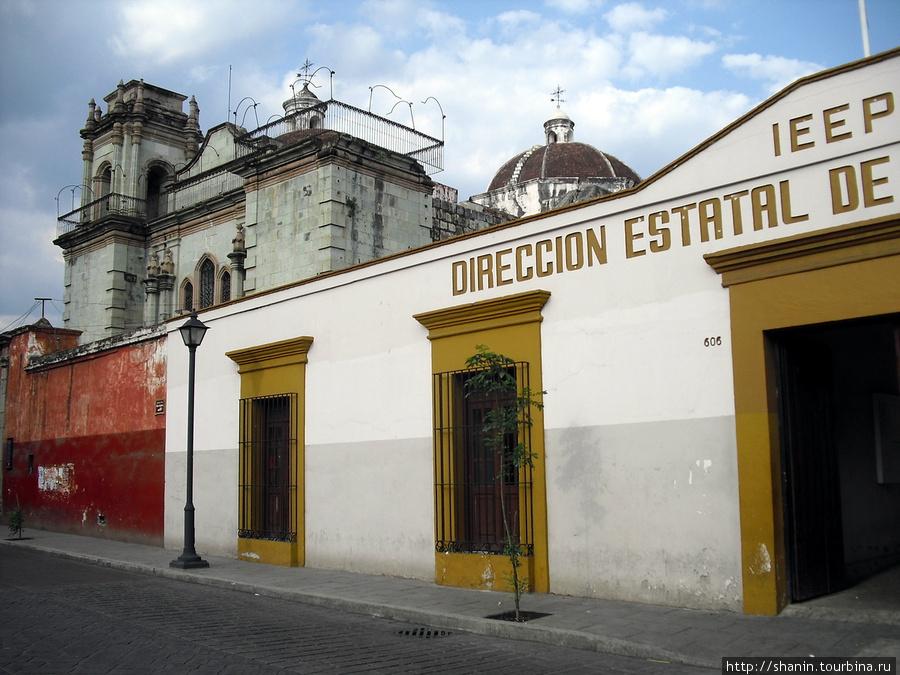 Храм Патросинио и ведущая к нему улица Оахака, Мексика