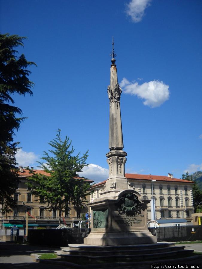 Вид на памятник с площади