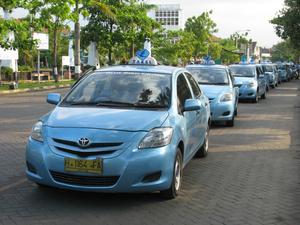 Много таксистов пасётся у вокзала
