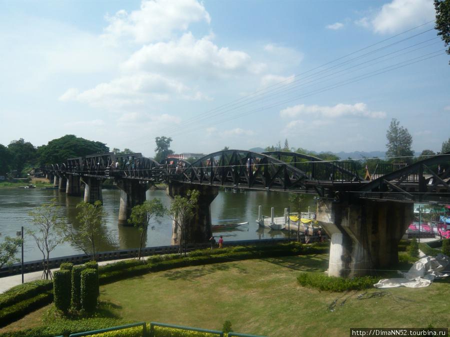 Мост Смерти через реку Квай. Построен военноплеными во время второй мировой войны. Янонцы строили железную дорогу для нападения на Бирму, а затем Индию. Существует еще и деревянный мост, куда так же возят туристов.