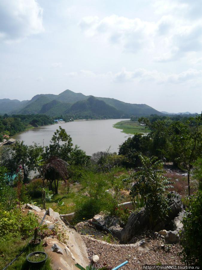 Вид на реку с буддийского храма.