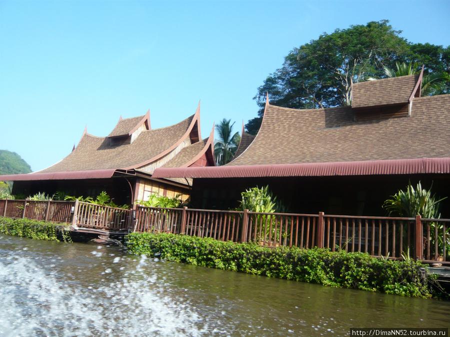 В отеле селят и в плавучие домики.