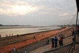 лаосский берег Меконга, тут идет строительство набережной