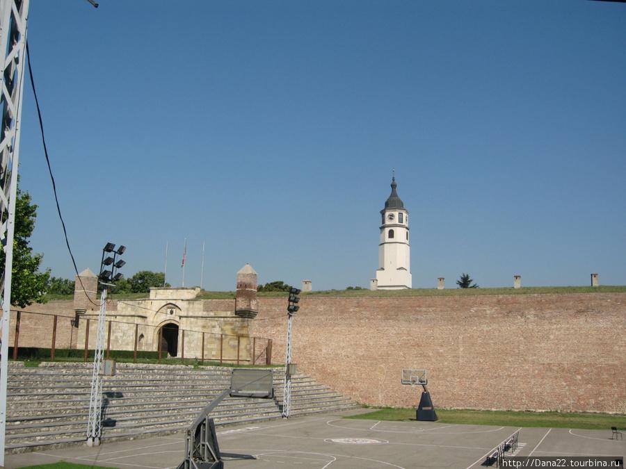 В стенах крепости — детская баскетбольная площадка.