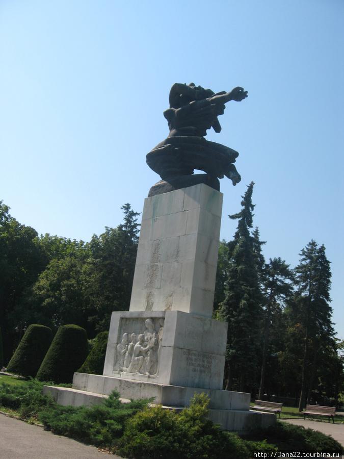 Символ дружбы с Францией. Во время второй мировой войны ему (ей) завязывали черным полотном глаза, пока Франция не была освобождена от оккупантов.