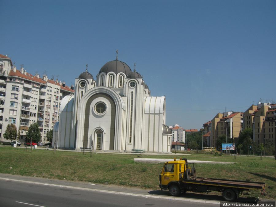 Современная церковь. Конечно же, белая!