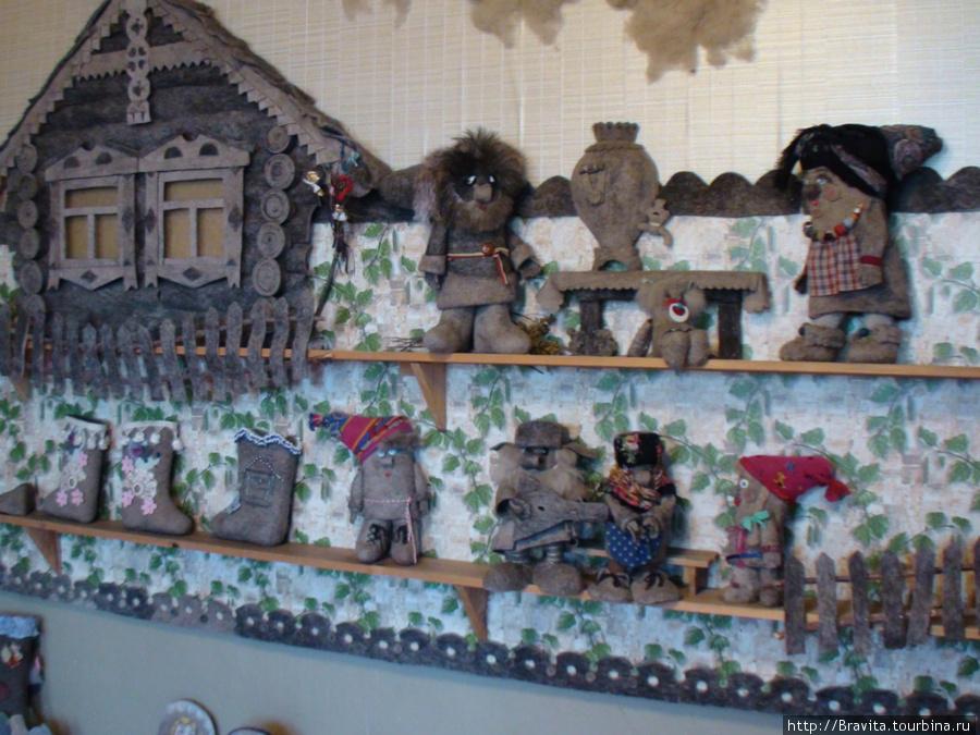 Деревенский домик с околицей и жителями