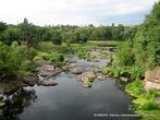 По россыпи камней в русле реки можно свободно передвигаться, перешагивая-перепрыгивая с камушка на камушек...