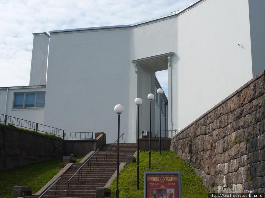 Лестница, ведущая во внутренний двор Выставочного центра.