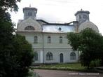 Бывший дворец Лопухиных-Демидовых. На первом этаже здания теперь расположен музей Корсунь-Шевченковской битвы. На втором — администрация заповедника.