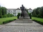 Памятник Т. Г. Шевченку поставлен перед Въездными воротами. За памятником — флигель. В нем находится Художественный музей.