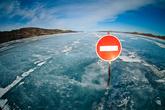 А вот мы выехали на лед. Это единственная официальная ледовая трасса на Байкале (а может и в России)