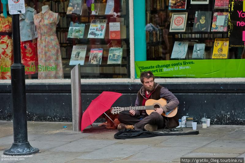 Ливерпуль — город свободы. Этот парень — бедный, свободный ливерпулец и у него есть гитара.
