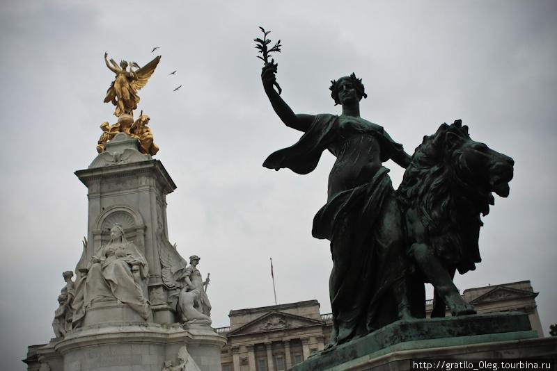 на троне восседает Королева Виктория