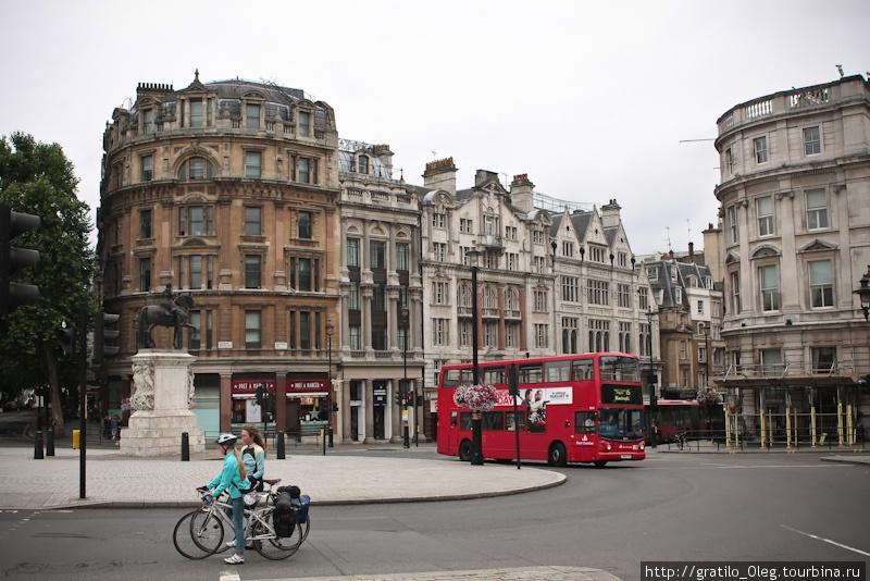 за автобусом дорога уходит к Темзе по Whitehall st. Велосипедисты едут на Trafalgar Square.