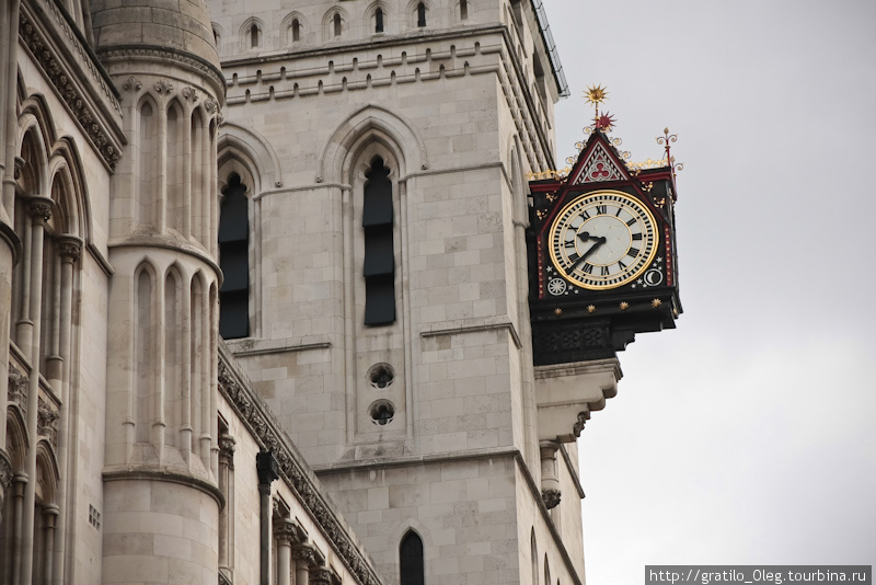 Практически на каждой крупной улице на одном из домов висят разнообразные часы. Большие, маленькие, черно-белые, разноцветные.