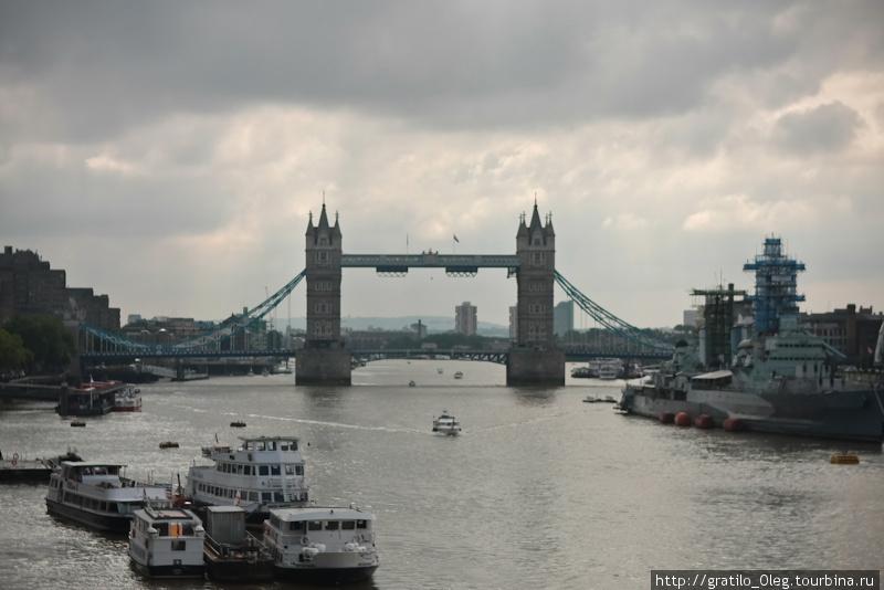 Тауэрский мост — самый популярный и узнаваемый в Лондоне. Можно пойти на экскурсию внутрь, подняться наверх и спуститься вниз к двигателям, которые поднимают мост.